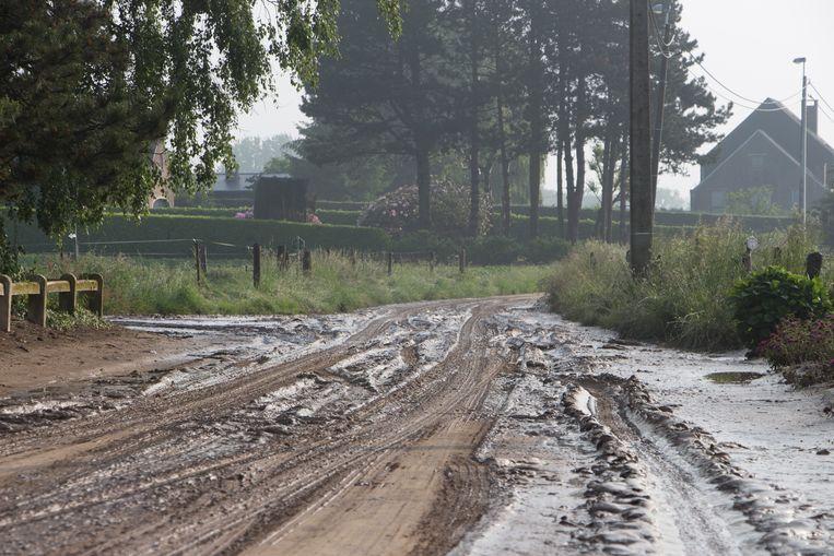 Modder dat van de velden stroomt kan heel wat problemen veroorzaken. Op de foto modder die enkele jaren geleden in een straat in Asse achterbleef na een hevige regenbui.