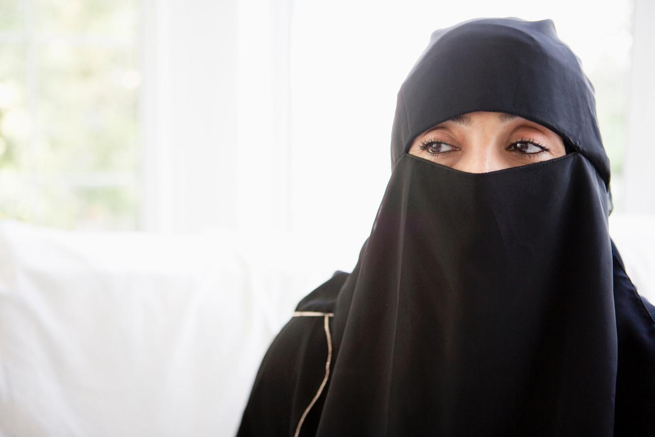 Vanaf 1 augustus is het verboden om 'gezichtsbedekkende kleding' , zoals boerka's, integraalhelmen en bivakmutsen te dragen in het openbaar vervoer, in scholen, ziekenhuizen en overheidsgebouwen.