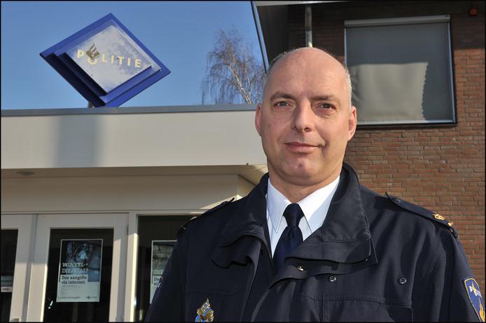 Genneps politiechef Jan de Rooij van basiseenheid Gennep komt uitleg geven in de oude raadzaal.