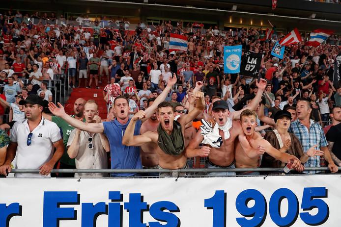 Supporters van PSV tijdens de wedstrijd tegen Basel