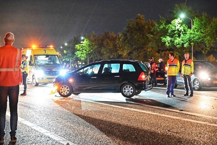 Een stilstaande auto op de A58, die deels is afgesloten na een ongeluk met een personenauto en een camper.