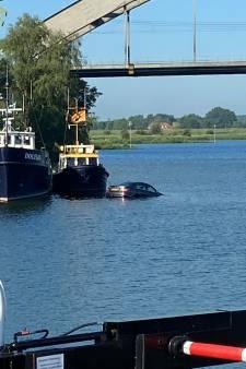 Bestuurder vergeet de handrem, auto rolt bij Culemborg de Lek in: 'Ik zag ineens een auto drijven'