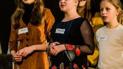 """Jeugdreuma houdt Yenthe (12) niet van zingen in opera Vorst Nationaal: """"Zingen en dansen hóórt bij mij. De pijn heb ik ervoor over"""""""