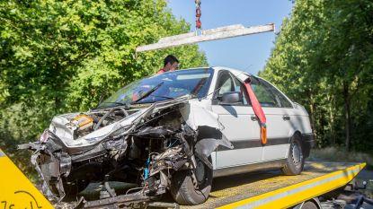 Twintiger in levensgevaar na frontale crash