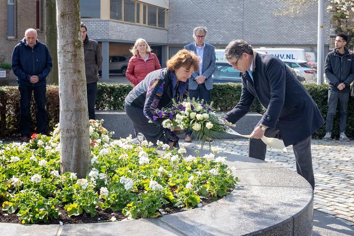 Burgemeester Spies en wethouder Van Velzen legden op 9 april van dit jaar een krans bij de herdenking van het schietdrama op die datum in 2011.