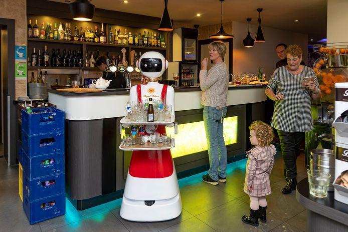 In Chinees-Indisch restaurant Royal Palace in Renesse werken robots.