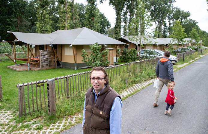 Jack Borgers, de zoon van de eigenaar van camping Midden-Veluwe in Harskamp bij  de nieuwe safaritenten.
