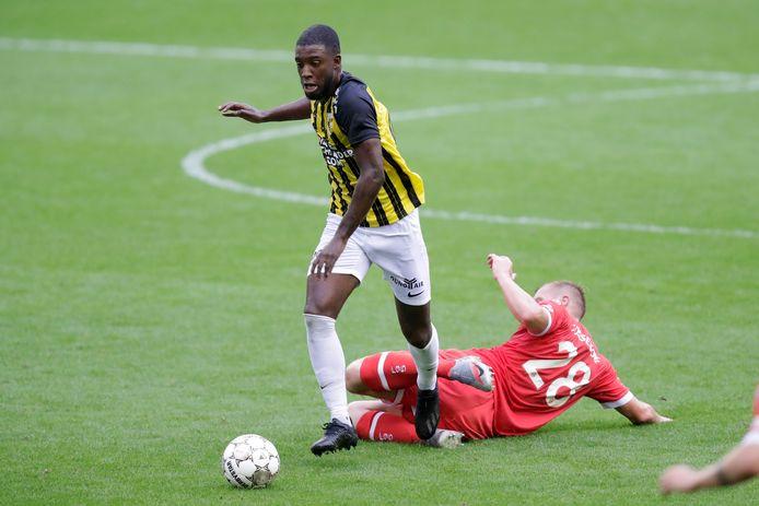 Riechedly Bazoer moet Vitesse in het concept van coach Thomas Letsch van achteruit aansturen. Hier ontdoet de spelmaker zich van Rouwen Hennings van Fortuna Düsseldorf.