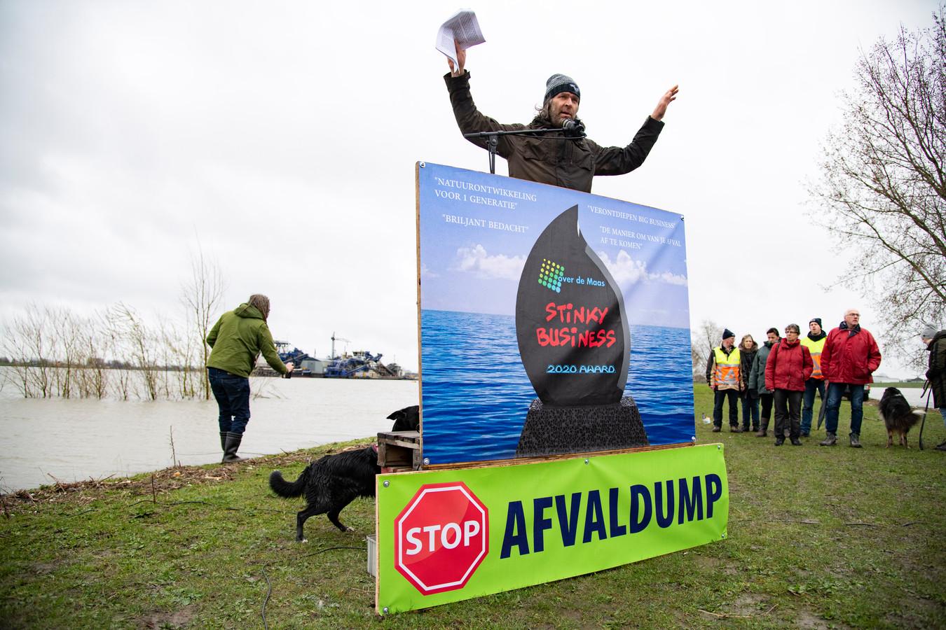 PR dgfoto Gelderlander Alphen: protest tegen stort van granuliet in Over de Maas. [op de foto: Barney Bezemer aan het woord]