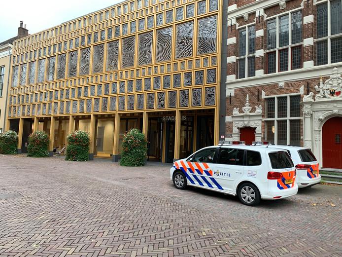In het stadhuis is vrijdagochtend een lichaam aangetroffen.