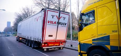 Spaanse vrachtwagen klem onder spoorviaduct Tilburg