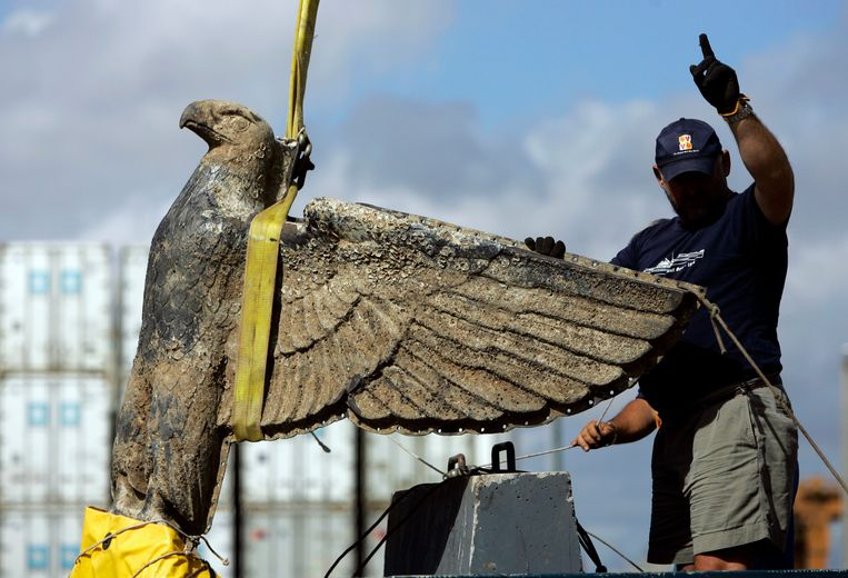 Archiefbeeld uit 2006. De bronzen adelaar wordt aan wal gebracht in de haven van Montevideo, Uruguay.