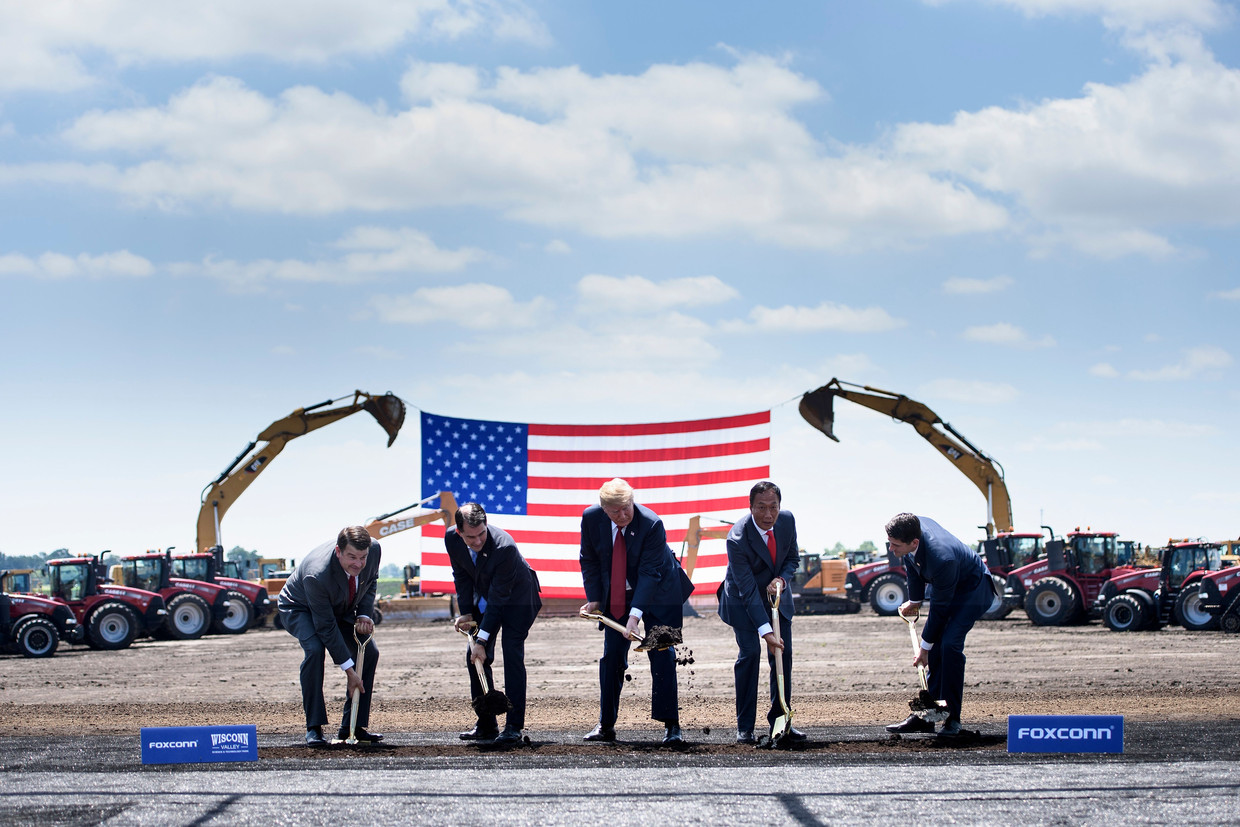 President Donald Trump (midden) geflankeerd door gouverneur Scott Walker (links) van Wisconsin en Foxconn-directeur Terry Gou (rechts) bij de bouw van een nieuwe Foxconnfabriek.