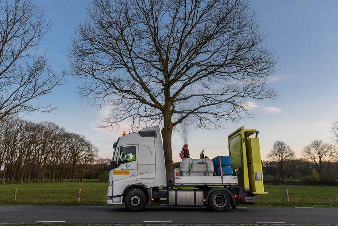 Bestrijding van de  eikenprocessierups aan de Groot Bruninkstraat in Enschede, met een speciale vrachtwagen.