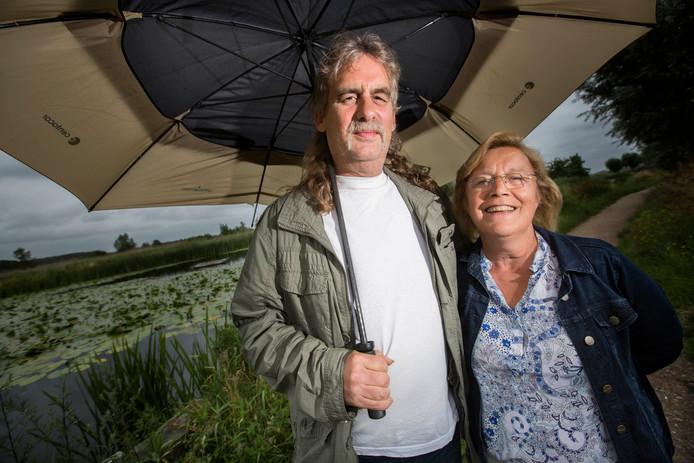 Onweerdeskundige Henk Beek is teleurgesteld in deze zomer. Zijn vrouw Wilma niet.