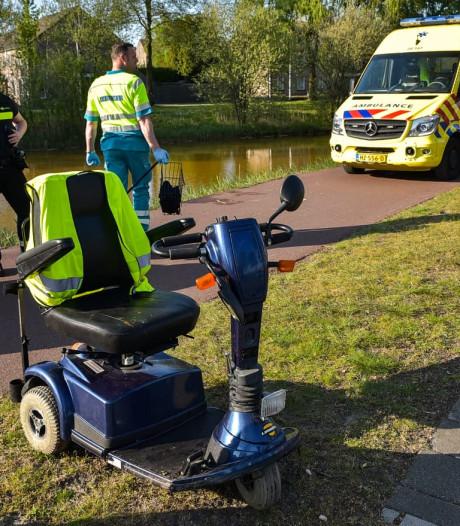 Omstanders halen man met scootmobiel uit het water in Tilburg