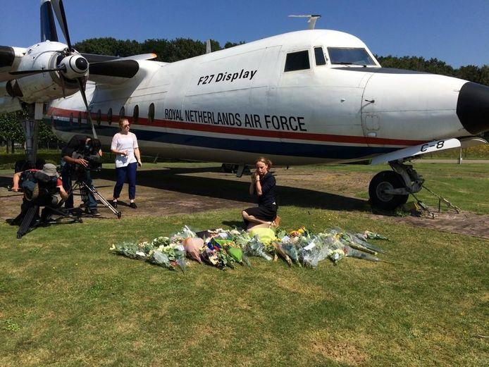 Bij de ingang van vliegbasis Eindhoven leggen woensdag steeds meer mensen een bloemetje neer. Er is een plek gemaakt bij de oude Fokker F-27 die bij de poort van de basis staat.