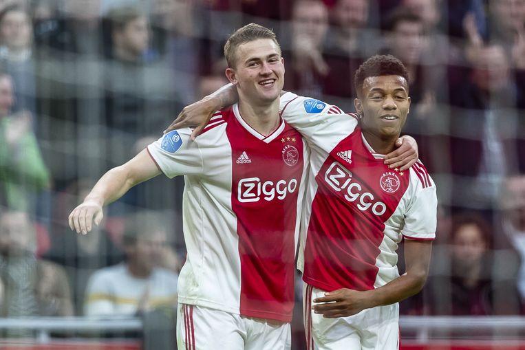 Matthijs de Ligt  (links) en David Neres (rechts) vieren een doelpunt tijdens de thuiswedstrijd van de Amsterdammers tegen ADO Den Haag.  Beeld EPA