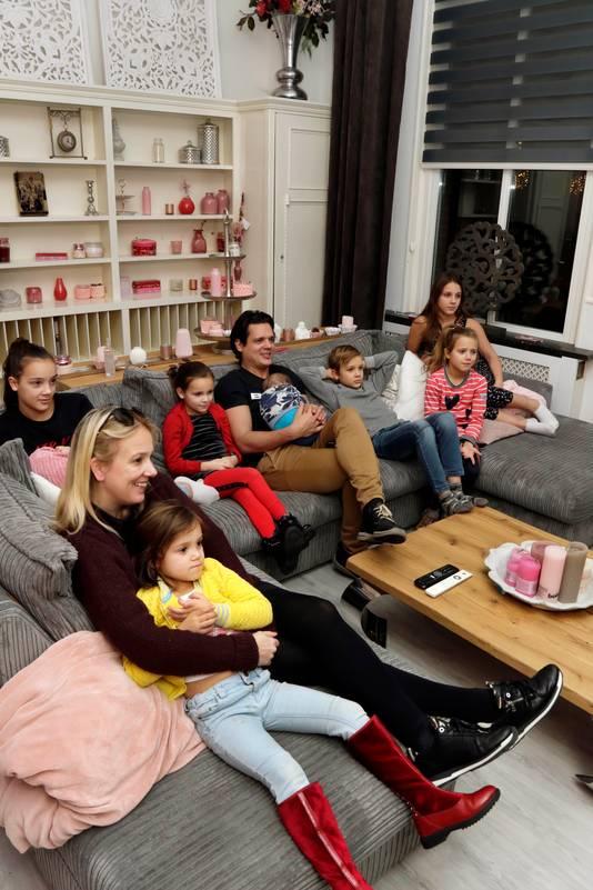 Gezin Nagelkerke kijkt naar de docu soap EEN HUIS VOL , waarin zij zelf de hoofdrol spelen.