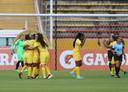 Speelsters van Atlético Huila na een goal tegen Penarol.