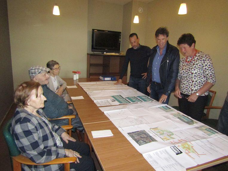 De plannen worden voorgesteld aan enkele bewoners.