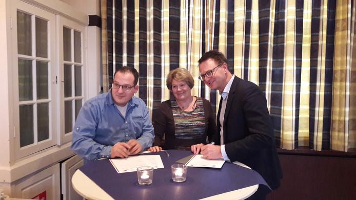 De ondertekening van het convenant. Vlnr Thomas Harink (Werkgroep Oele), Gaatske Colijn (Dorpsraad Beckum) en wethouder Claudio Bruggink.