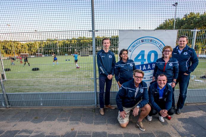 Hockeyclub Vlijmen vierde onlangs het 40-jarig bestaan. Door clubhuis en kleedkamers van buurman korfbalclub NDZW te gaan kopen, lijken de ruimteproblemen op de korte én lange termijn opgelost.