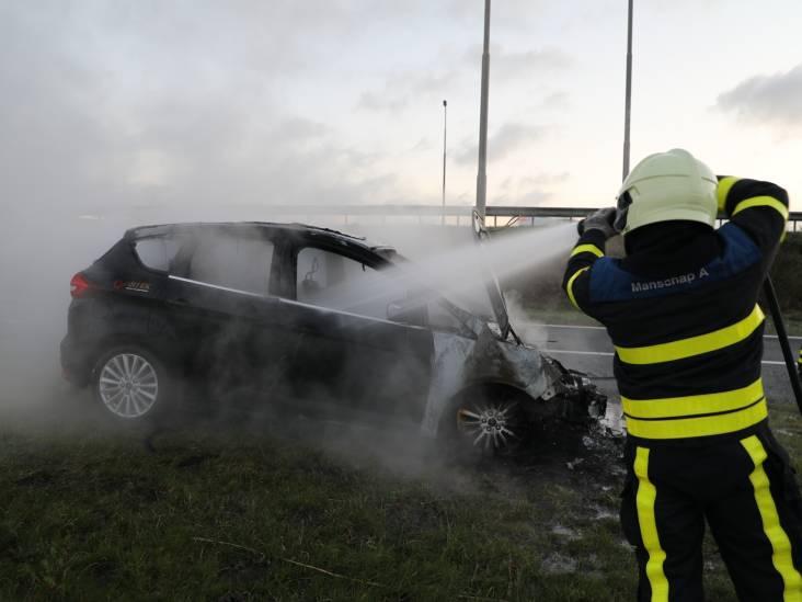Man stapt op tijd uit zijn brandende auto en komt goed weg in Drunen