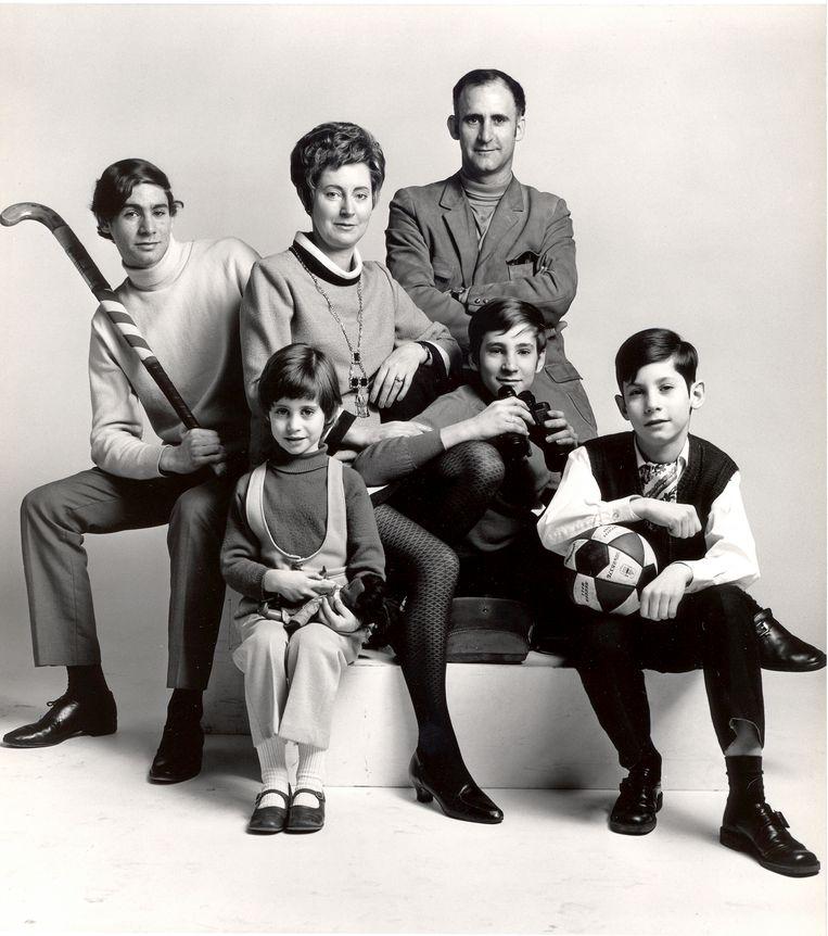Familieportret met links vooraan de jonge Pia Douwes. Beeld Dana Ploeger