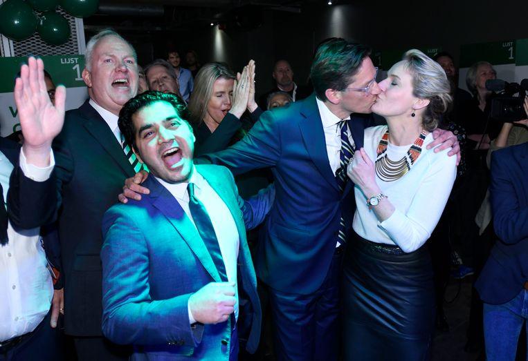 Leefbaar Rotterdam verloor er drie, maar blijft met elf zetels de grootste. Lijsttrekker Joost Eerdmans is het middelpunt van een feestje.  Beeld Hollandse Hoogte / Peter Hilz