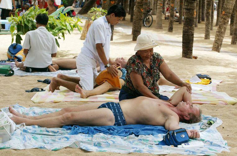 Tourist laat zich masseren in Pattaya, 120 kilometer van Bangkok. Beeld Reuters
