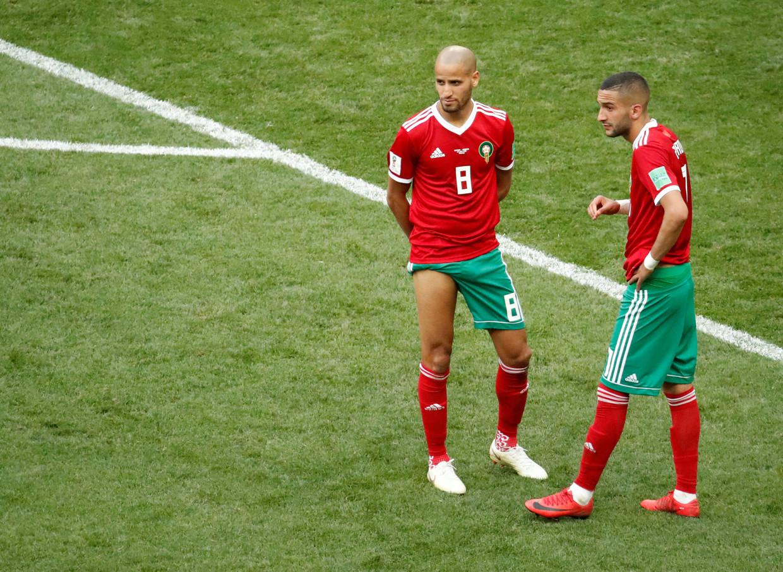 Karim El Ahmadi (links) Hakim Ziyech na afloop van de 1-0 nederlaag tegen Portugal. Marokko is daardoor uitgeschakeld op het WK.