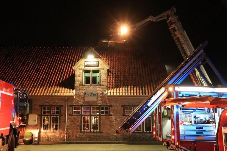 De brandweer had de schouwbrand zondagavond snel onder controle.