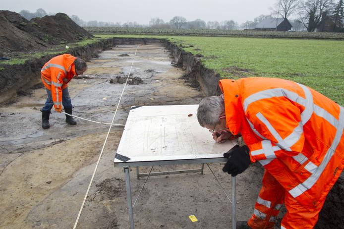 Archeologen aan het werk in Ootmarsum. In Overasselt is een soortgelijk onderzoek uitgevoerd. Archieffoto Frans Nikkels