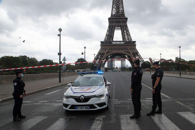 De toegang tot de Eiffeltoren wordt afgesloten door politieagenten, 23 september 2020.  Beeld AP