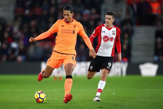 Virgil van Dijk in het oranje uitshirt van Liverpool in actie tegen Southampton.
