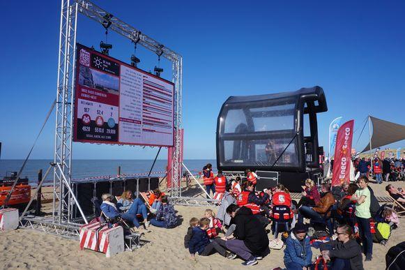 In De Haan kon je de opbrengst en aantal deelnemers live volgen op een groot scherm.