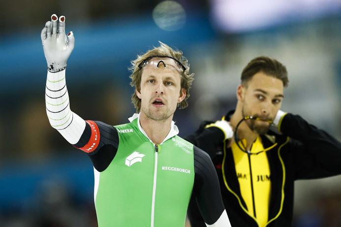 Ronald Mulder reageert na de 1000 meter tijdens het NK Sprint. In de achtergrond Kjeld Nuis.