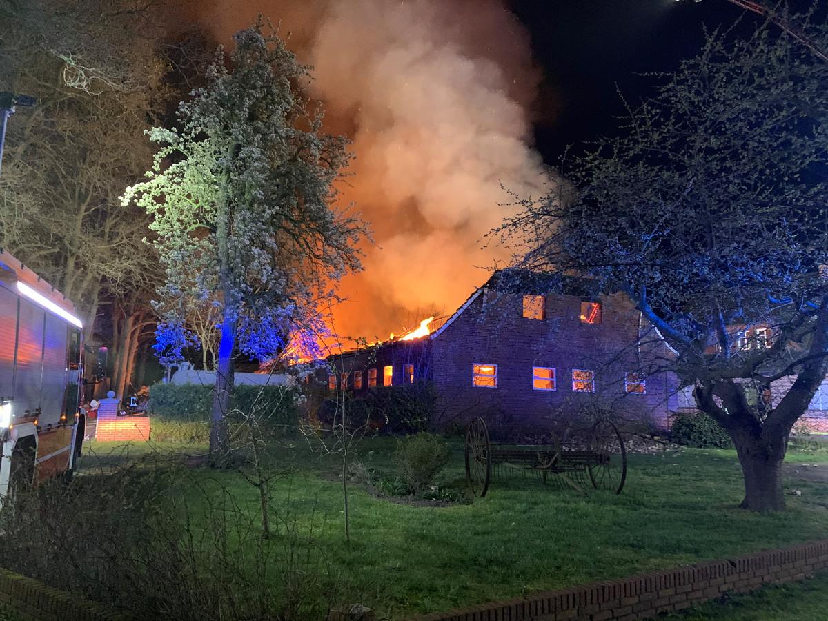 Uitslaande brand bij boerderij in Duitse buurtschap Ellewick tussen Zwillbrock en Rekken.