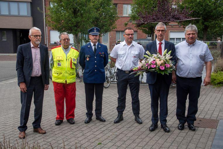 Bloemen en één minuut stilte voor de slachtoffers van de brand.