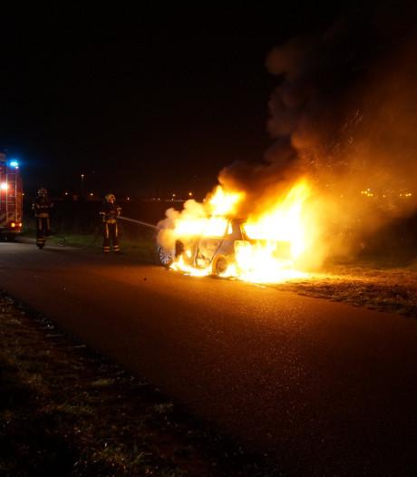 Auto brandt volledig uit aan Kampgraafweg in Elshout