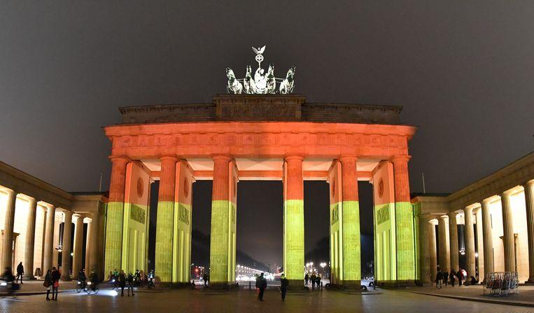 De Brandenburger Poort verlicht in de kleuren van de Duitse vlag.  Beeld EPA