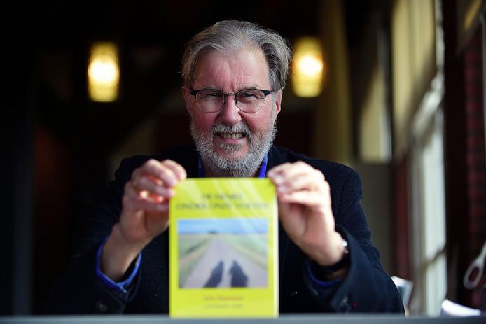 """Oud-gemeentesecretaris Arie Haasnoot liep met zijn vrouw van Canterbury naar Rome. Hij schreef er een boek over. ,,Het besef dat alles je gegeven wordt. Je weet niet eens of je het eind van je reis haalt."""""""
