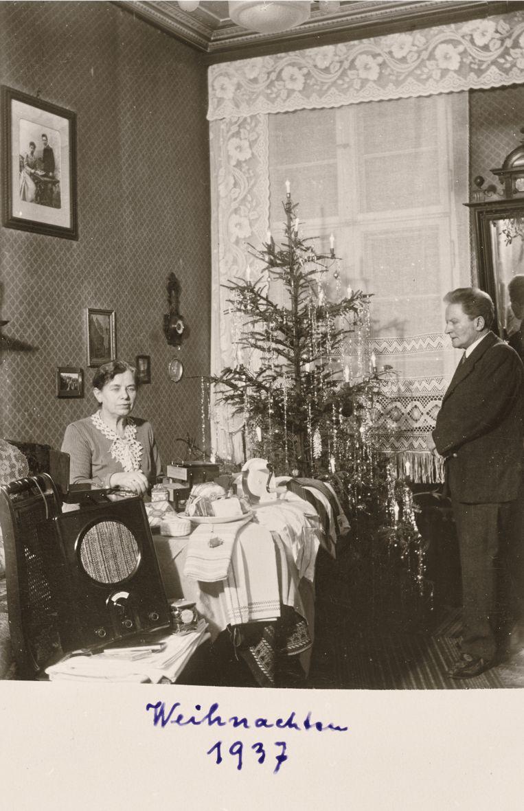 1937: Met de nieuwe radio Beeld Museum Charlottenburg-Wilmersdorf