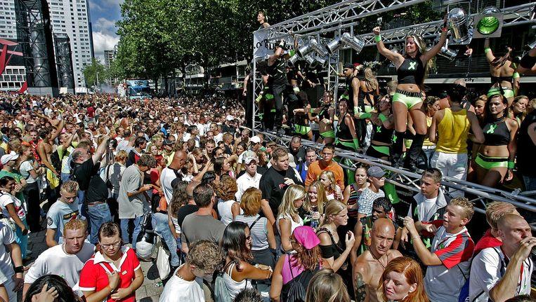 Dansen op de dance, trance, techno, drum & bass en ecletic tijdens de FFWD Heineken Dance Parade in 2004 in Rotterdam. In totaal kwamen 350.000 mensen af op de toen nog langste parade van Europa. Beeld null
