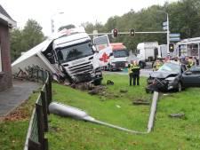 Vrouw komt om bij botsing auto met vrachtwagen in Wierden