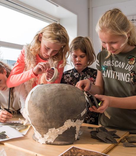 Schooljeugd Ootmarsum vermaakt zich met 'schatgraven in eigen collectie'