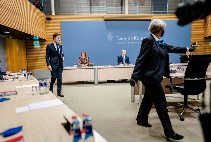 De bode begeleidt de premier naar zijn plek in de enquêtezaal, waar hij vanmiddag, als eerste premier ooit, onder ede werd gehoord.