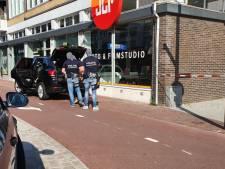 Man met ontbloot bovenlijf klimt op dak van café in Hengelo; arrestatieteam ter plaatse