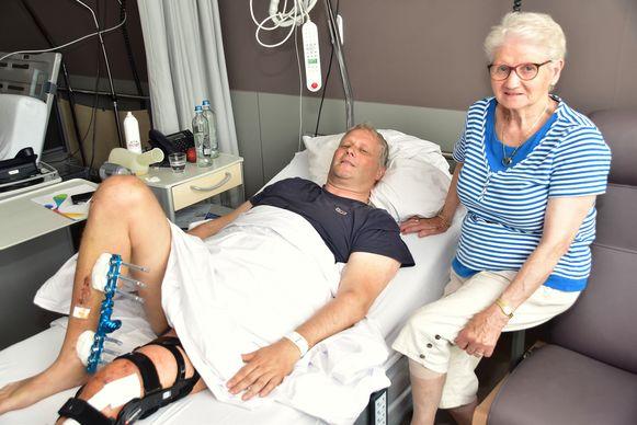 Filip Claeys en zijn moeder, in het Jan Ypermanziekenhuis in Ieper.